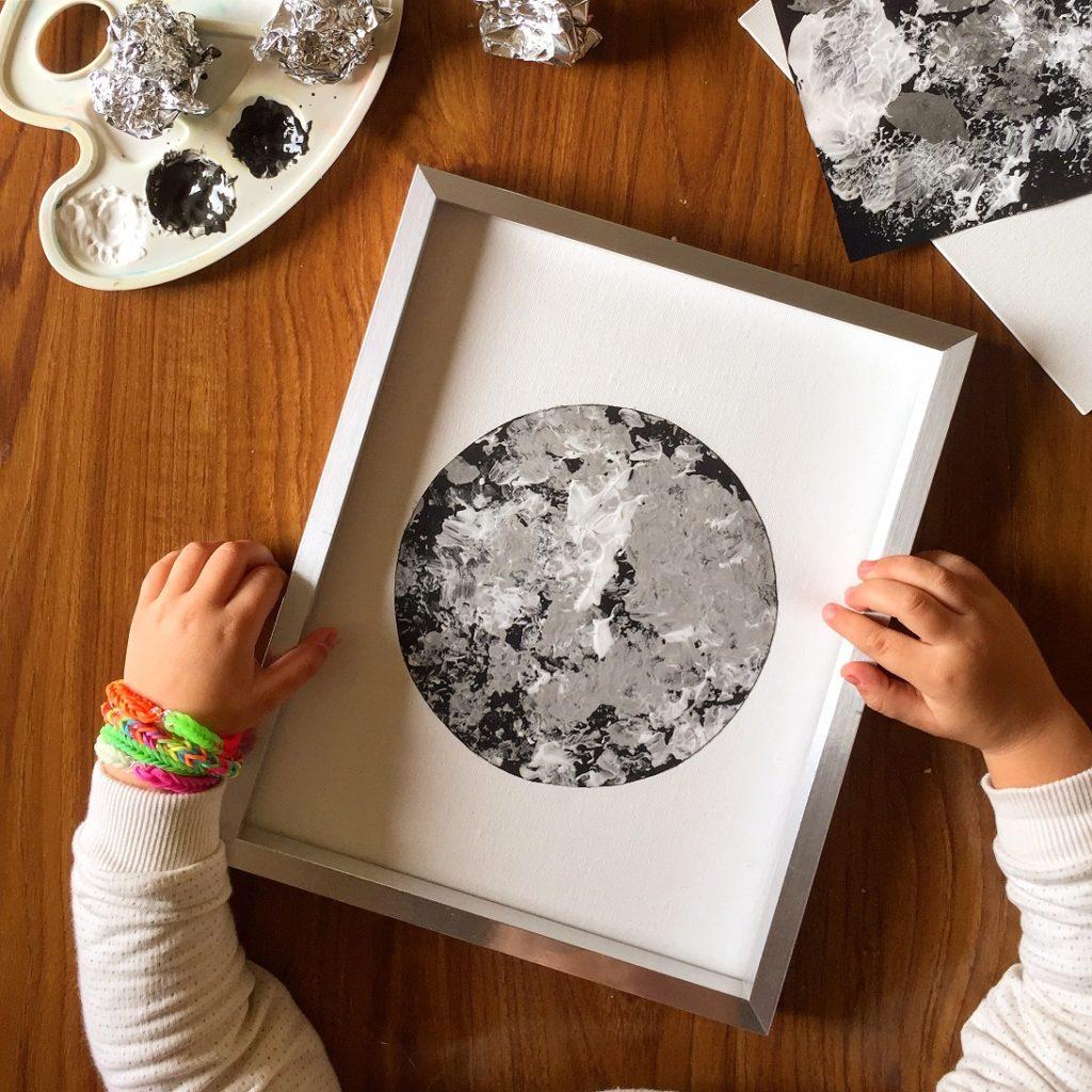 créer une lune avec de la peinture et du papier aluminium