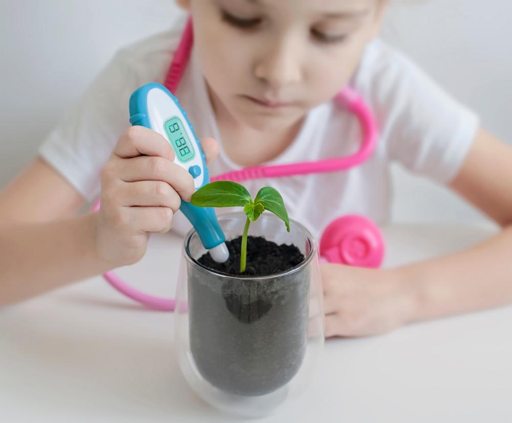 enfant qui étudie les plantes