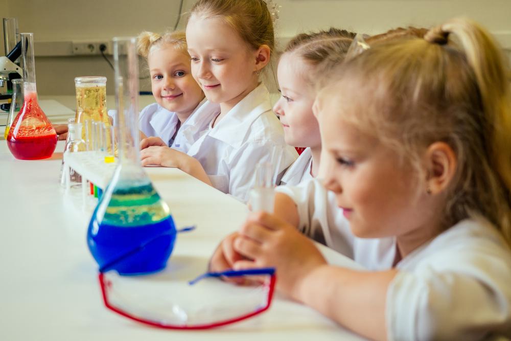 enfants en classe de sciences